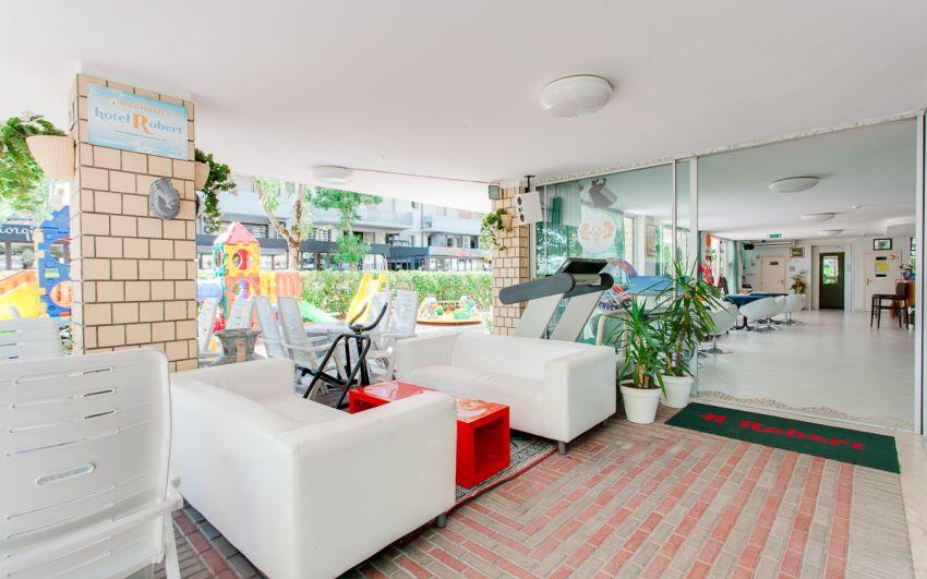 HOTEL ESTERNO - INGRESSO LATERALE